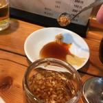 亀戸餃子  - 餃子のタレにフライドガーリックを入れる