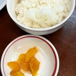 Musashiramen - ラーメンセット646円のご飯とたくあん