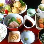 実乃花 - おすすめ定食は、刺身と茶碗蒸し付き