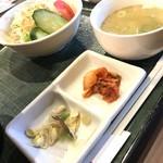 85798548 - サラダ、キムチ、気持ち程度のナムル、スープ付き