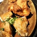 冨々 - 大きくてサクッとジューシーな唐揚げ2個と 分厚い鶏モモ肉の焼いたもの3枚
