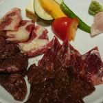 85807204 - 石焼き馬肉。バラ肉、赤身、ハラミ、心臓