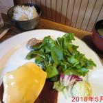 グリル デミ - チェダーチーズ煮込みハンバーグ \730