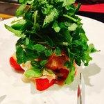 バール ハグ - パルマ産生ハムとフルーツのサラダ仕立ては下にたっっっぷりの苺ー(≧∇≦)