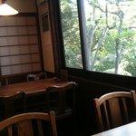 浅田 - 明るく広い店内、座敷もあります