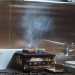 ボスコリサイア - 黒毛和牛を炭火で焼く