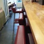 白菜タンメン楽観 - 厨房前カウンター席 奥は券売機横カウンター席