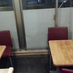 白菜タンメン楽観 - 店内奥のテーブル席は二人+三人席