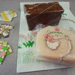 はやかわ菓子店 - ロールケーキカット(桜ロール)とプラリネ。 写真左の半袖シャツ型の折り紙は、爪楊枝入れ。お店のお母さんが折ったもので、レジ脇に置いてある。