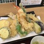 お蕎麦とお酒 さんぽ径 - 天ぷらアップ。発掘甲斐のある具だくさん。