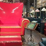 ラッキーピエロ 峠下総本店 - 店内に展示されている巨大椅子