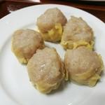 85860157 - ホワッホワ柔らかなしゅうまいは、豚肉や海老の旨味に大きめに切った玉葱の自然な甘味が