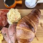 バールマンズ バル - 自家製クロワッサンプレート¥880 左:お肉のソース、右:クロワッサン用バニラビーンズたっぷりのクリーム