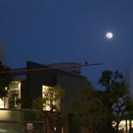 BISTRO FAVORI -  FAVORI で見る今宵の満月