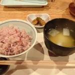 85865818 - 陽だまり 古代米ご飯、香の物、味噌汁