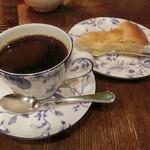 珈琲舎 蔵 - ブレンドコーヒー700円、タルト350円