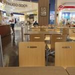 ミスターケバブ - フードコートの中の店なんで食事は広い共用スペースにあるテーブルでいただきます。
