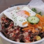 ミスターケバブ - ケバブライスはキャベツ等の野菜にお肉を混ぜて最後に玉子をトッピングした料理。  トルコ風のビビンバって言った方が解り易いかな?