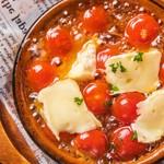 チェリートマトとカマンベールチーズのアヒージョ