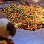駒川ホルモン - 鉄板でホルモン焼きそばを調理中~  ちびつぬ「いい匂いね~♪」