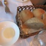 レストラン山崎 - 自家製プレーンパン 自家製全粒粉パン バター