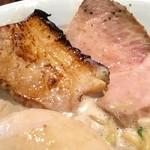 甚八 - ダブルチャーシュー。もも肉の低温調理っぽい薄切りハムタイプと、厚切りバラ肉の炙りタイプ。