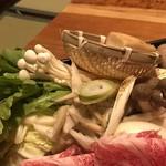 西新初喜 - ◆「白菜」「菊菜」「エノキ」「しめじ」「お麩」「糸こんにゃく」「豆腐」「ささがきゴボウ」「椎茸」「人参」など。