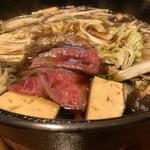 西新初喜 - すき鍋には「割り下」が入れられていて、そこにお野菜やお肉を入れて煮ます。