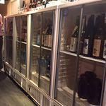 肉と日本酒 - 仕入れ先の4つの酒屋毎に冷蔵庫が分かれている