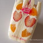 メルヘン - 苺と黄桃生クリームサンド