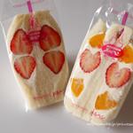 メルヘン - さぬきひめの苺生クリームサンドと苺と黄桃生クリームサンド