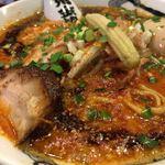 カラシビ味噌らー麺 鬼金棒 - カラシビ味噌らー麺は、ビジュアルが地獄の鍋みたいです。レンゲに書かれた、「鬼金棒」もユニークで面白い。