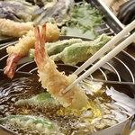 独楽 - 料理写真:揚げたての天ぷらを一つずつご提供
