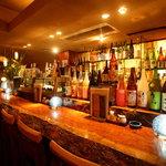 蓮根 - 様々なお酒がズラッと並ぶバーカウンター