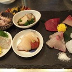 俺の魚を食ってみろ!! - 刺身の盛合せ。ゲソの湯引き、蒸牡蠣をサービスしていただきました。