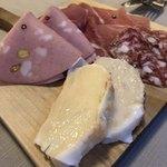 アレグロ コン ブリオ - 生ハム盛り合わせ 手前はパンにチーズ。