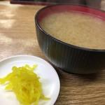 豊野丼 - 味噌汁とお漬物