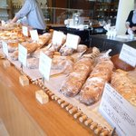 シニフィアン シニフィエ - 開店直後の店内はこんな感じです。たくさんのパンたち♪