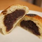 シニフィアン シニフィエ - あんぱん(つぶあん&ぎゅうひ・200円)♪もちっとしたパン生地の中にはほど良い甘みの粒餡。求肥がさらにもちもち感を高めています★