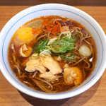 川村屋 - とり玉そば(¥420)。生卵がトッピングされた豪華版、唐辛子で味が引き立ちます