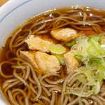 川村屋 - 山梨産の銘柄鶏「信玄鶏」を使用。甘辛く煮付けられており、全体の中で良いアクセントになる