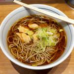 川村屋 - とり肉そば(¥370)。香り良く、甘み強めのつゆが美味! まさに「あとひく旨味」がある