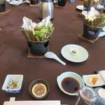 春帆楼 - 円卓式のテーブルに座ると既にフグチリや刺身のセットがテーブルに並べてありました。