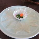 春帆楼 - ふぐ薄造り、ふぐを薄く切ったお刺身。やっぱりふぐ料理の一番の楽しみはこれですね。
