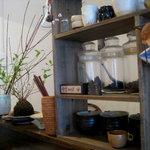 食堂 みかつき - 土と木のぬくもりが感じられる店内