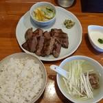 まねき家 - 牛タン1.5倍定食。麦御飯、テールスープ、とろろ汁、お新香と青唐辛子の味噌漬け。