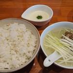 まねき家 - 麦飯とテールスープととろろ汁。麦飯が余ったらテールスープに入れてクッパ風に。
