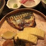 85937577 - 焼き魚は鯖の西京焼き。刺身は鰤と鯛です。
