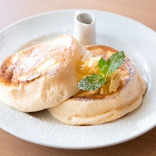 驚くほどふわとろなパンケーキ、フォークではなくスプーンで!