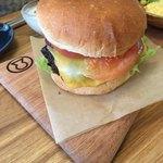カフェ イロハ - ごりょうバーガーsetのバーガー!肉厚です。